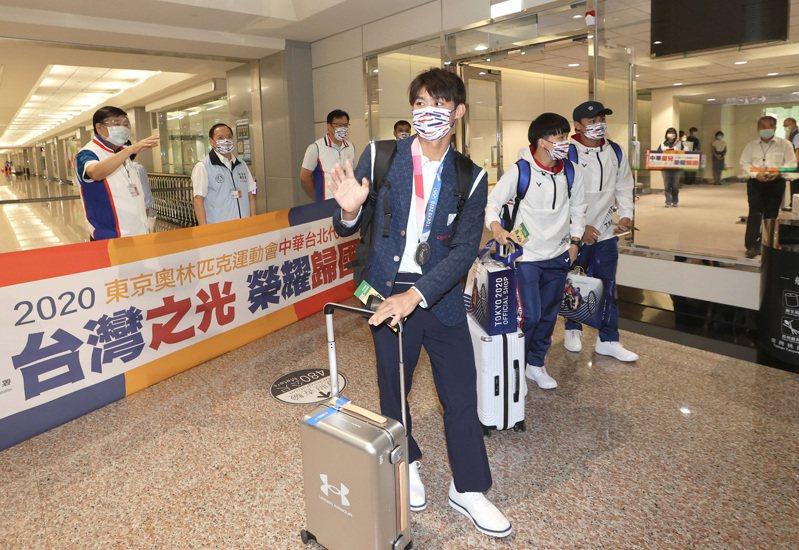 東京奧運柔道項目獲得銀牌的楊勇緯(中)昨天下午凱旋歸國。 記者陳嘉寧/攝影