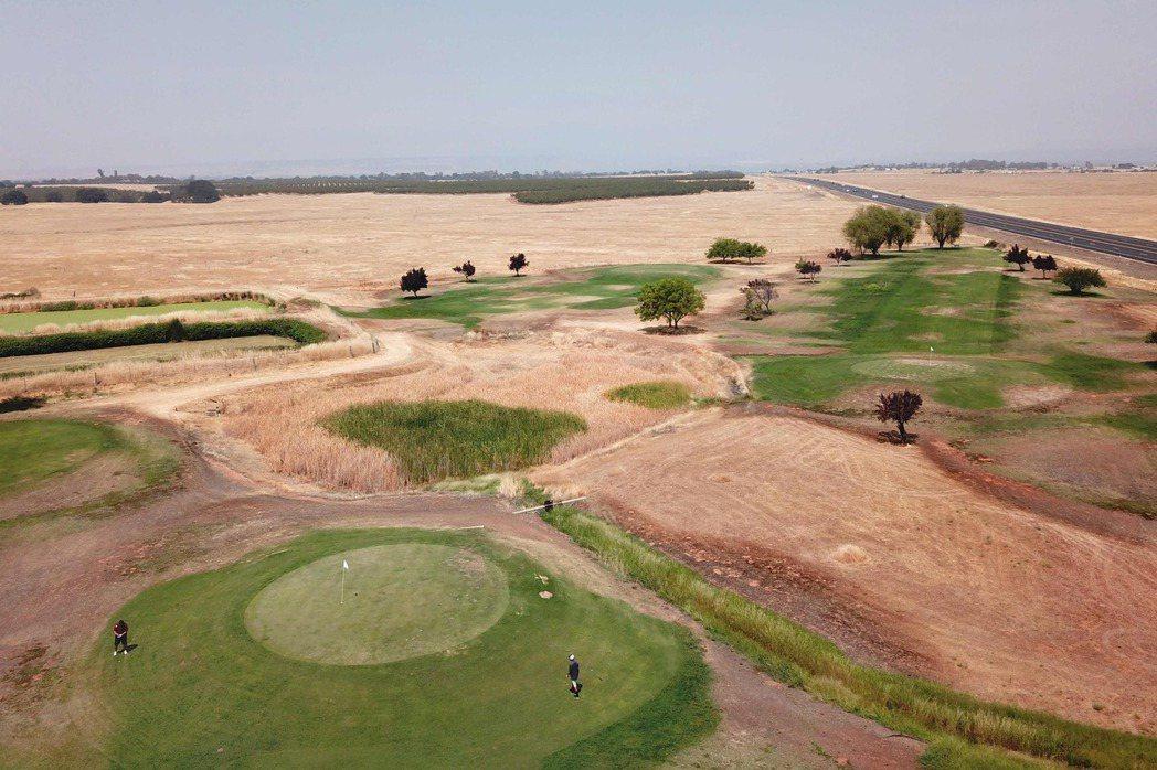 經過專家測試,走完高爾夫球場一圈所需熱量大約500大卡。 圖/法新社