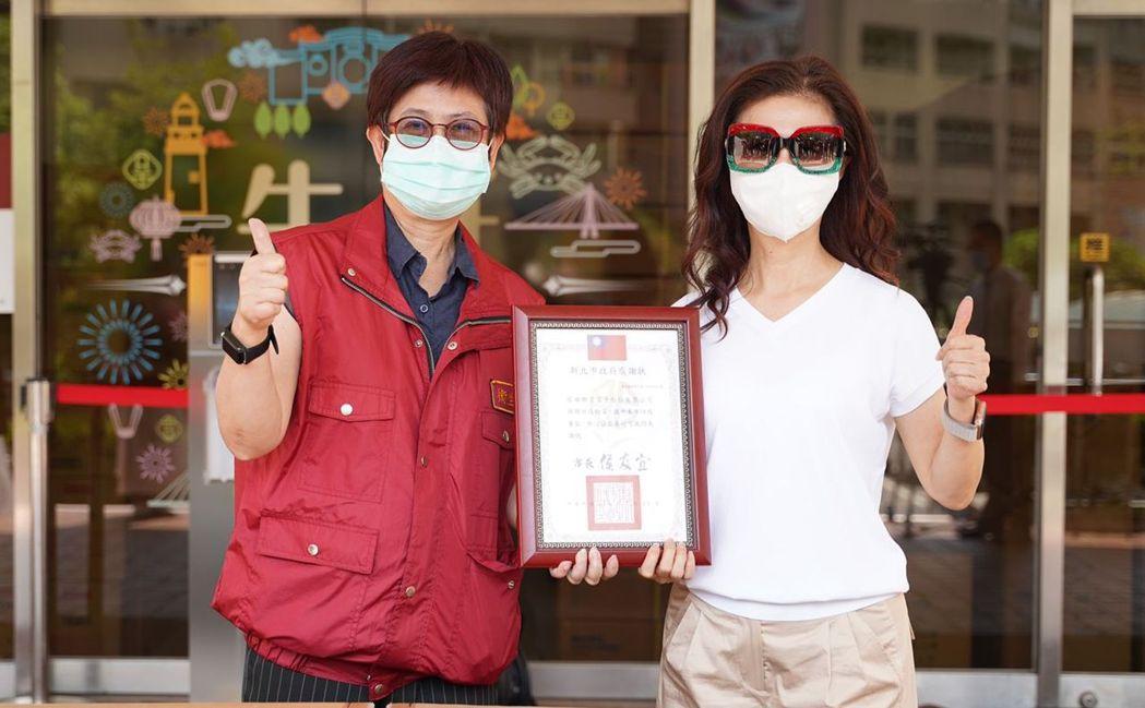 新北市衛生局副局長高淑真致贈感謝狀予聯寶電子董事長譚明珠(右)。 聯寶電子/提供