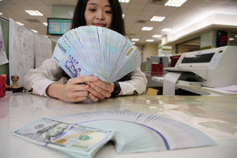 彭博資訊報導,台灣壽險業者正利用近來美台公債殖利率差縮小的機會,拉長新台幣匯率避險部位的持有時間,把部分12個月期換匯部位換成2-3年期的換匯部位。報系資料照/記者胡經周攝影