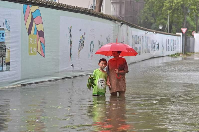 烟花颱風日前造成浙江寧波市淹水,現在已轉往河南。 法新社
