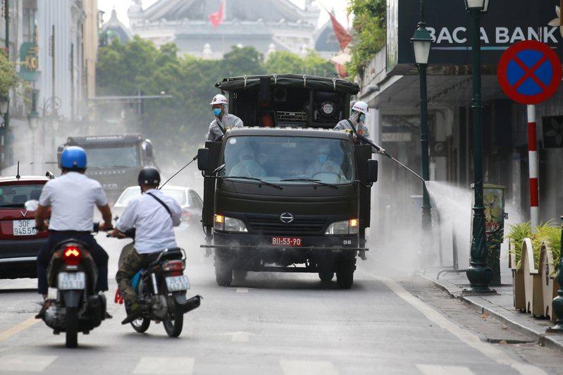 越南本土疫情肆虐,民眾因擔心染疫減少出門買菜,河內市並未出現搶購潮。 歐新社