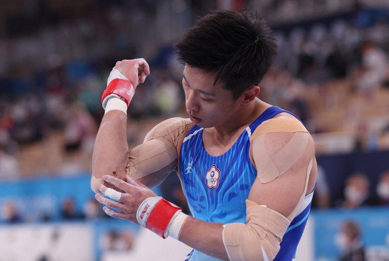 我國「鞍馬王子」李智凱在東京奧運個人全能決賽中,在擅長的鞍馬項目罕見發生兩次落馬失誤,手肘內側因此擦傷流血。特派記者余承翰/東京攝影