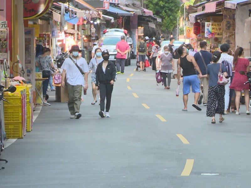 淡水老街人潮依然只有零星的人群,約只回流2成,跟去年同期落差真的很大。 圖/紅樹林有線電視提供