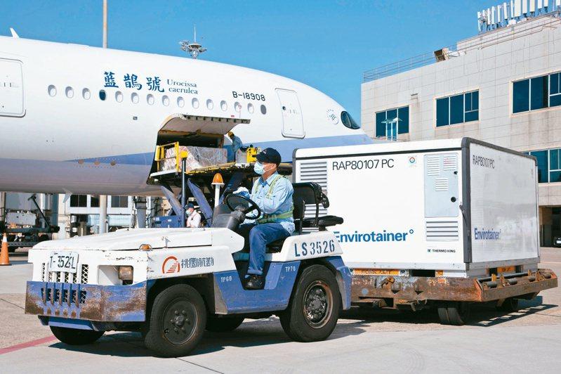 華航昨自泰國載運台灣自購的五十八點二萬劑AZ疫苗來台,疫苗預約平台昨天下午也重啟意願登記,但即使換選AZ疫苗,短期內還是打不到疫苗。記者季相儒/攝影