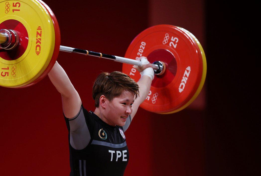我國舉重女將陳玟卉在東京奧運接力表演,以抓舉一○三公斤、挺舉一二七公斤、總和二三...