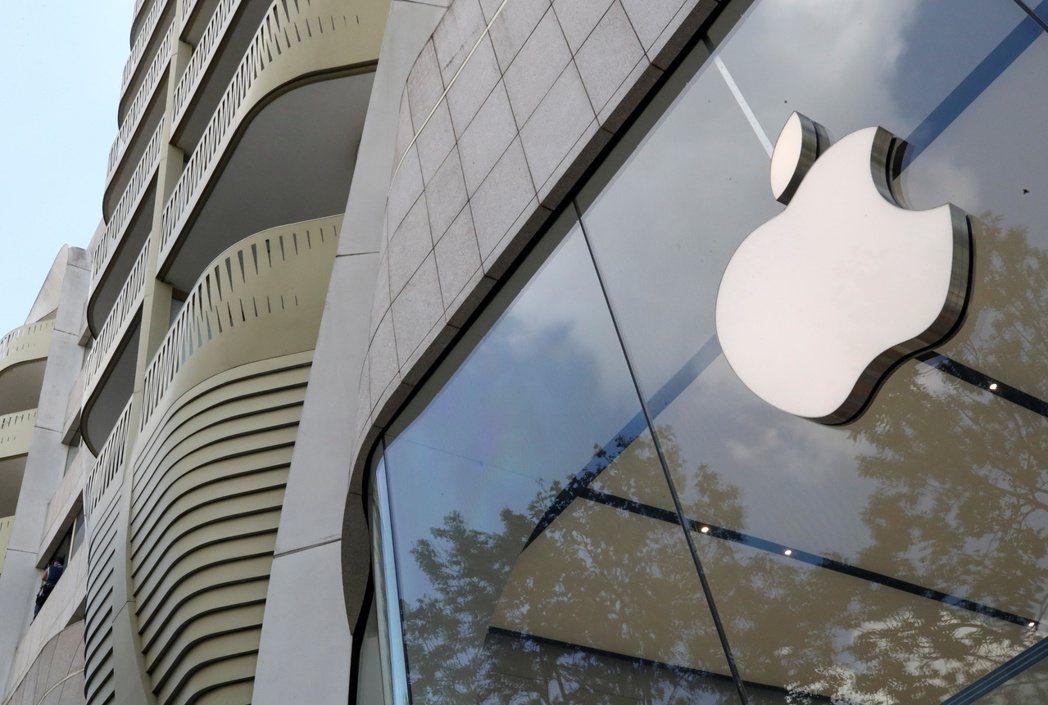 蘋果布魯塞爾門市入口前的品牌商標。路透