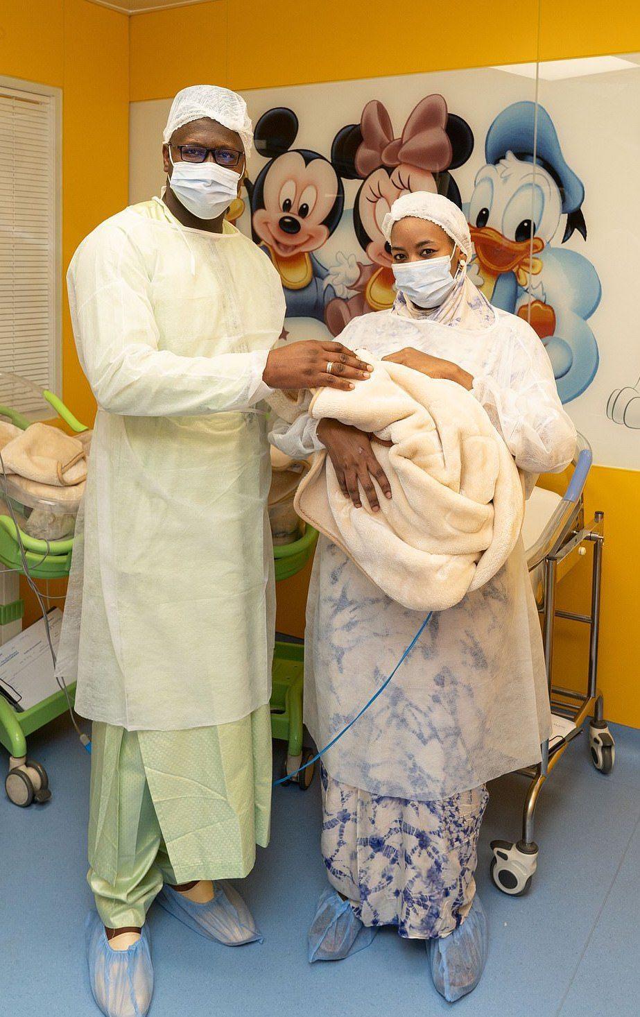 現年26歲的西賽(圖右)5月5日在摩洛哥卡薩布蘭卡的「Ain Borja診所」產...