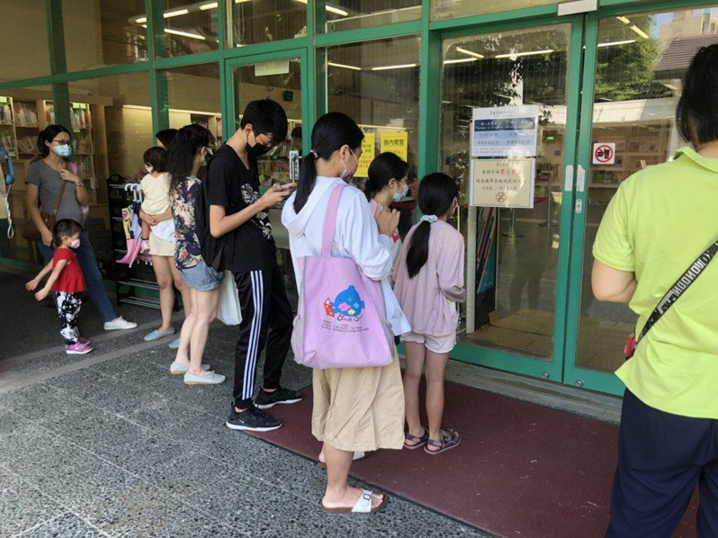 新竹縣政府文化局圖書館內容留人數達上限時,採一進一出管理。圖/新竹縣文化局提供
