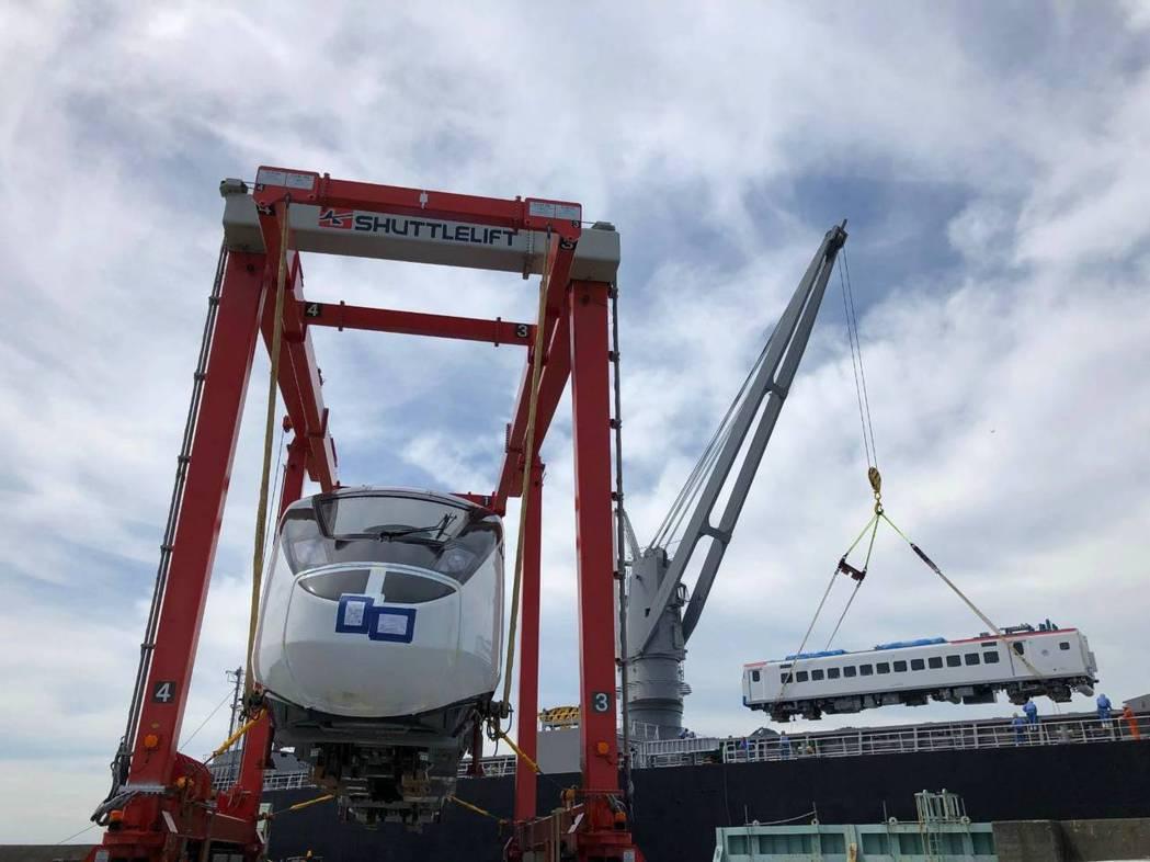 台鐵新購EMU3000型城際列車,26日已自日本出廠啟運,預定30日花蓮港卸船。...