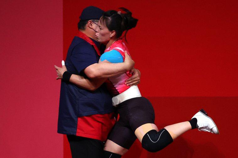 郭婞淳奪金,教練林敬能奔上台擁抱她。路透