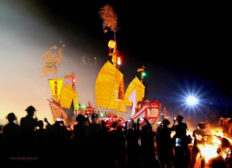 屏東琉球鄉祭典會成員昨天向三隆宮神明請示,決定延至12月3日恭請王駕「請水」、遶境,至12月9日恭送王駕「燒王船」。記者潘欣中/翻攝