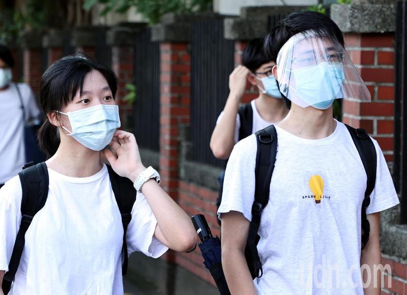 因應防疫規範,有考生戴著防護面罩進入考場。記者侯永全/攝影
