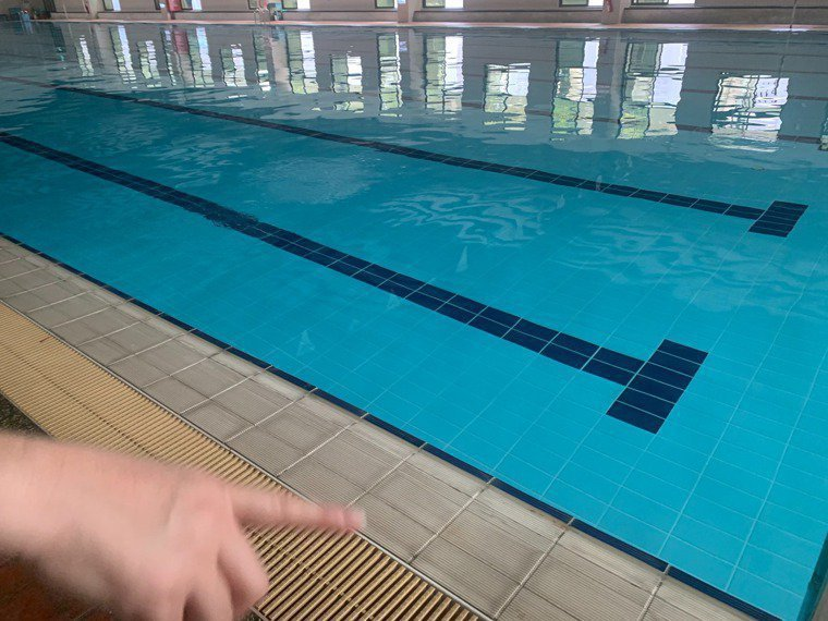 全國疫情警戒下周降為二級,但出現不少「矛盾對決」亂象,例如開放水域但不開放游泳池...