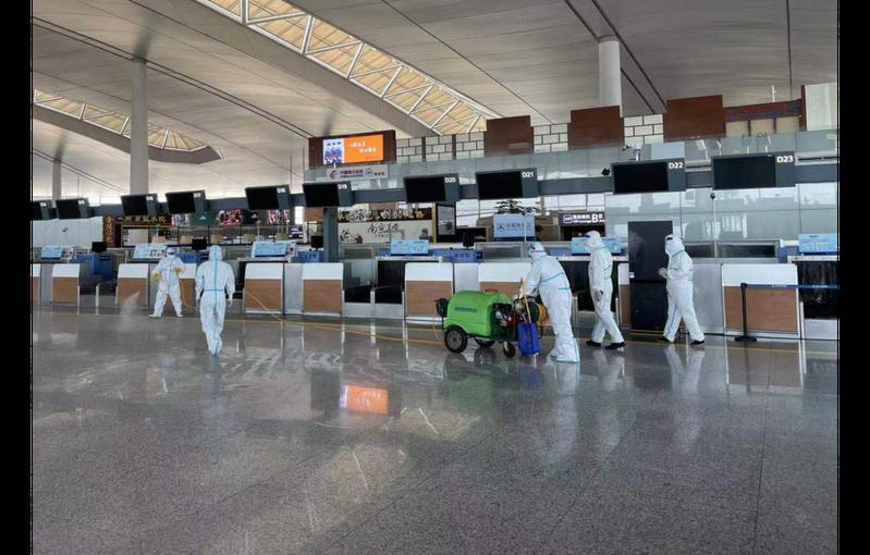 圖為7月21日南京祿口國際機場在發現有機場清潔人員確診的次日,對航站大廳展開全面消毒。新華社