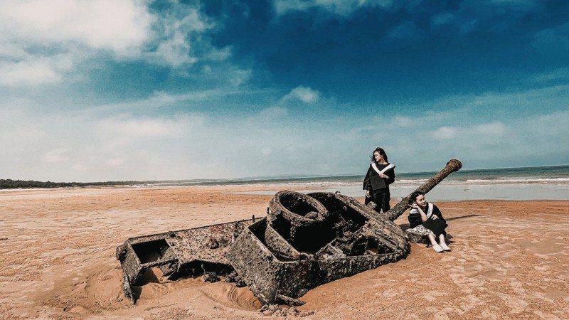 金門大學5位應屆畢業生共同創作「浯島四年」歌曲MV,連知名的「沈睡戰車」也入鏡。圖/金大提供