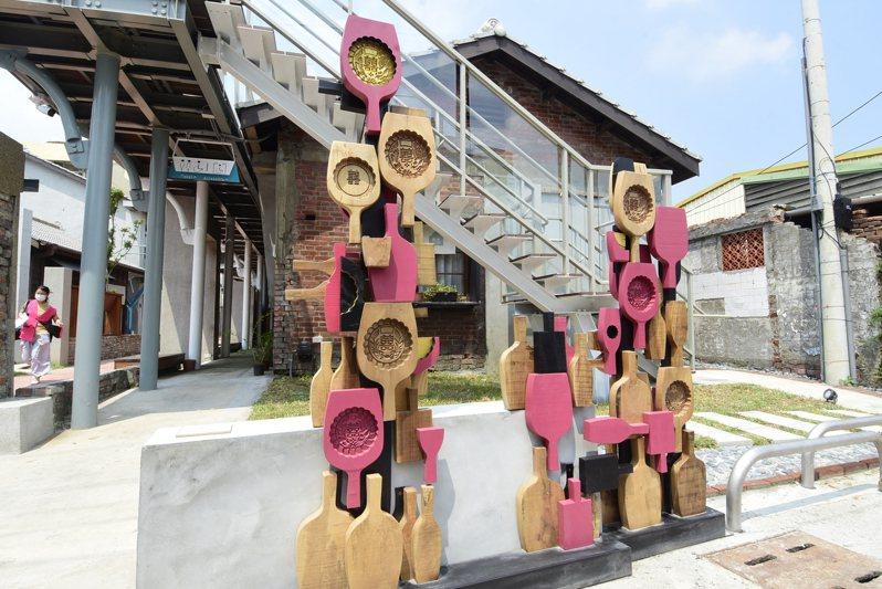 鹿港和興青創基地修繕完成,門口打造裝置藝術。記者林敬家/攝影