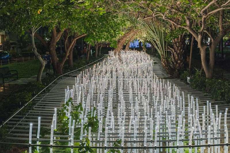 香港WHITEGROUND團隊作品「The Wishing Field光圳」設在水道上,畫面絕美。圖/新竹市政府提供