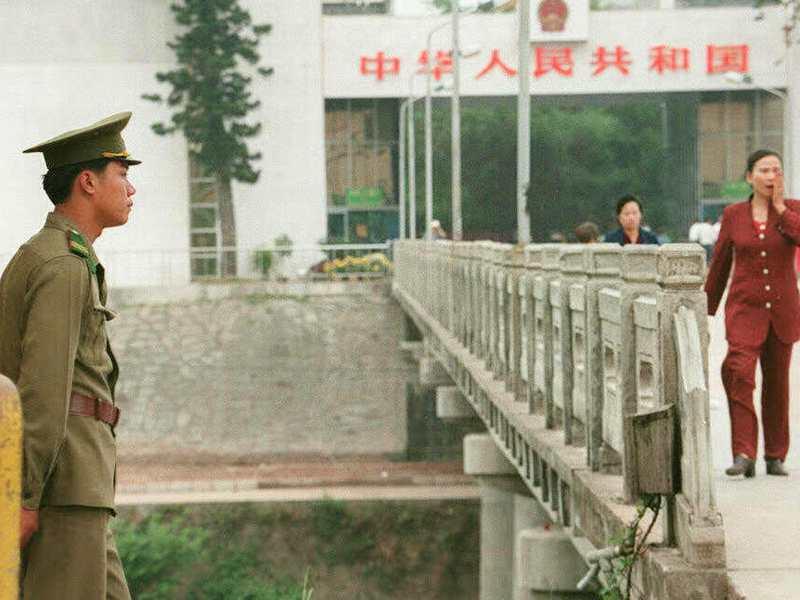 2006年軍情局四處組長徐章國上校在越南與⼤陸廣西邊境的芒街市,遭⼤陸人士綁架。圖為一名越南邊境防衛人員在越南芒街與中國東興的國界上。法新社