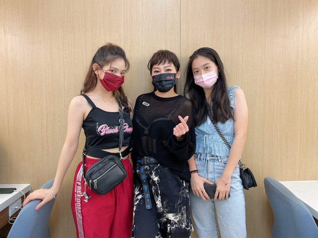 王彩樺(中)帶2個女兒到「黃金歲月」棚內走走。圖/民視提供