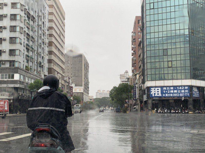 中央氣象局今天下午針對高雄等多個縣市發布豪雨特報。記者曹亞沿/攝影