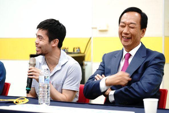鴻海創辦人郭台銘在臉書貼上兩人合照,大讚奧運桌球好手莊智淵是英雄。圖/取自郭台銘...