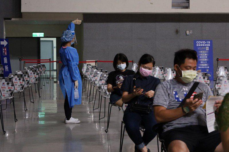 中央「COVID-19公費疫苗預約平台」第3輪,新竹縣累計5天接種2萬2484人,報到率98.97%。圖/新竹縣政府提供