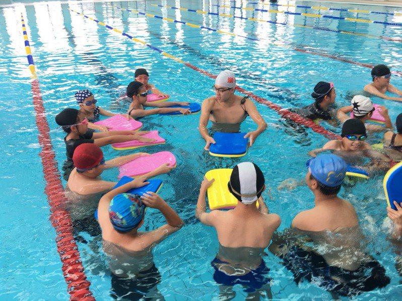 游泳池尚未開放,造成選手無法訓練問題。圖/本報資料照片