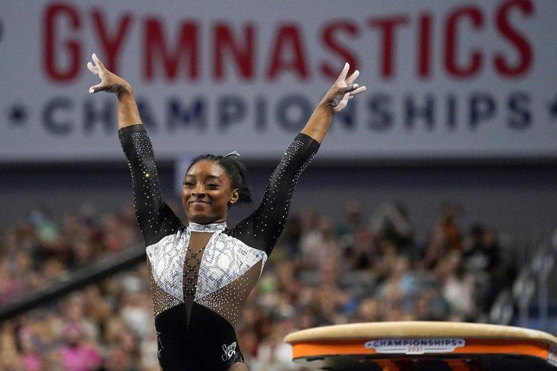 東奧熱烈進行,女性運動賽服意外成話題。圖為美國體操名將拜爾斯。美聯社