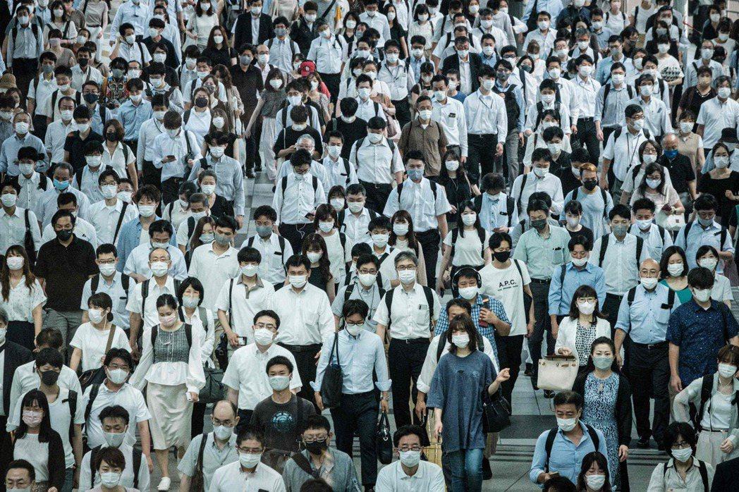 東京感染病例持續增加,連兩天創下單日增幅最大紀錄,圖為28日東京一處火車站外的通...