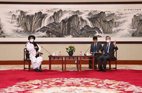 大陸國務委員兼外長王毅28日在天津會見到訪的阿富汗塔利班政治委員會負責人巴拉達爾一行。(取自大陸外交部網站)