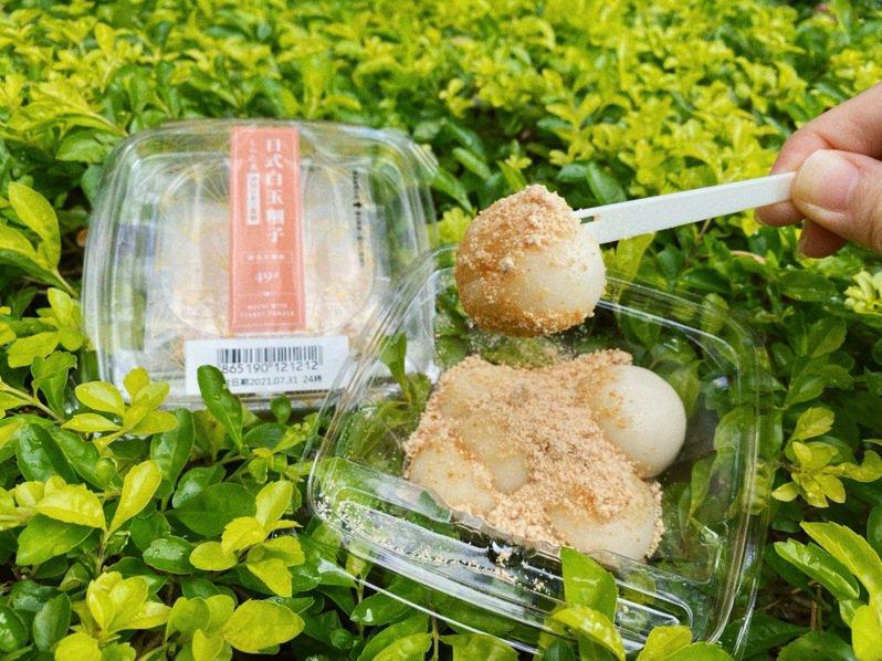 7-ELEVEN推出「白玉糰子」,可依照喜好裹上隨附的新竹福源花生粉,售價49元。圖/7-ELEVEN提供