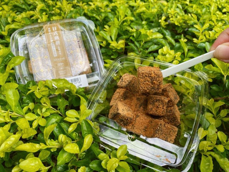 7-ELEVEN推出「日式蕨餅(黑糖風味)」,添加來自日本的蕨粉、黃豆粉製作,口...