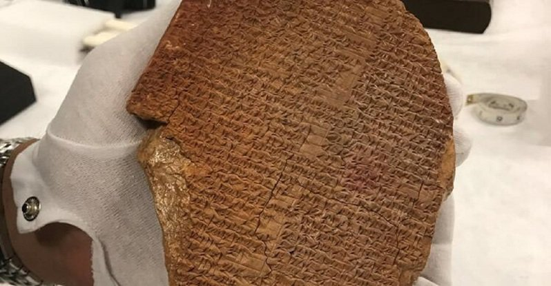 美國紐約東區聯邦地方法院下令沒收一塊罕見的楔形文字泥板,根據聯邦司法部的新聞稿,這一個古物記載著世界最古老文學作品之一的吉爾伽美什史詩部分內容,因此又被稱為「吉爾伽美什夢幻泥板」。畫面翻攝:Ice.gov
