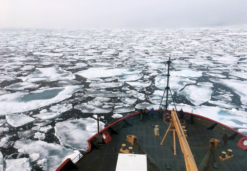 美國為了嚇阻中國的野心,在北極地區積極進行軍事部署。圖為美國海岸防衛隊的「 希利號」破冰船在北極海的楚科奇海探勘。美聯社