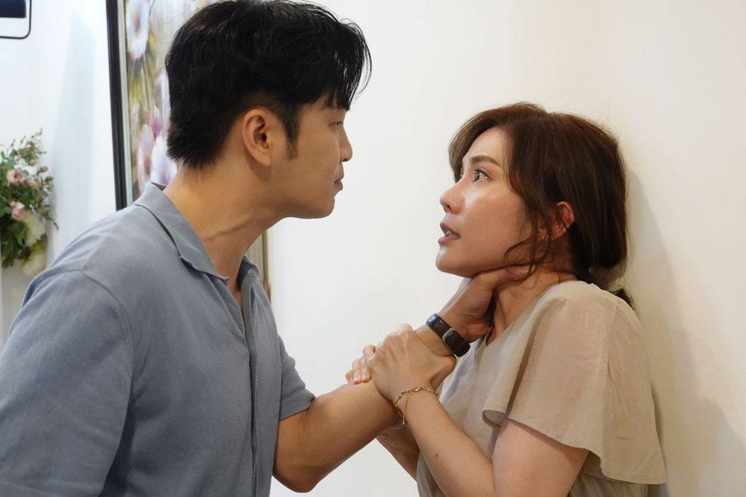 張書偉(左)很掐王宇婕脖子的戲碼最後刪除沒播出。圖/TVBS提供