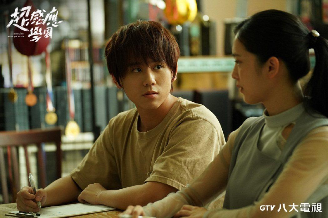 劉奕兒(右)、姜濤在「超感應學園」中演出對手戲。圖/八大電視提供