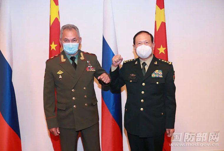 大陸國務委員兼國防部長魏鳳和(右)28日與俄羅斯防長紹紹伊古(左)舉行會談。圖/...