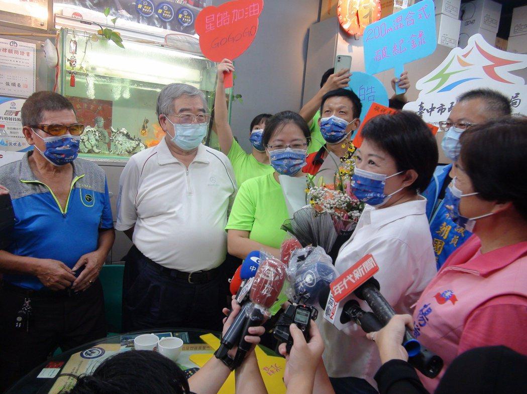 台中市長盧秀燕今晚到台中潭子向王星皓的家屬致意。記者余采瀅/攝影