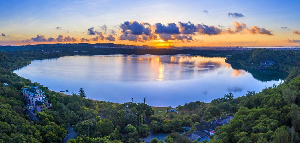 瑪珥湖朝陽,如夢似幻。圖/本報廣東湛江傳真
