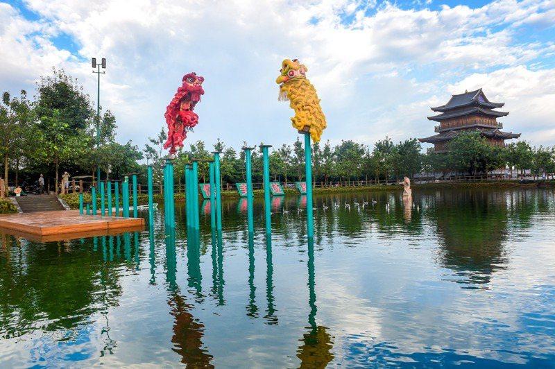 遂溪醒獅在高樁上表演「水上飛獅」。圖/本報廣東湛江傳真