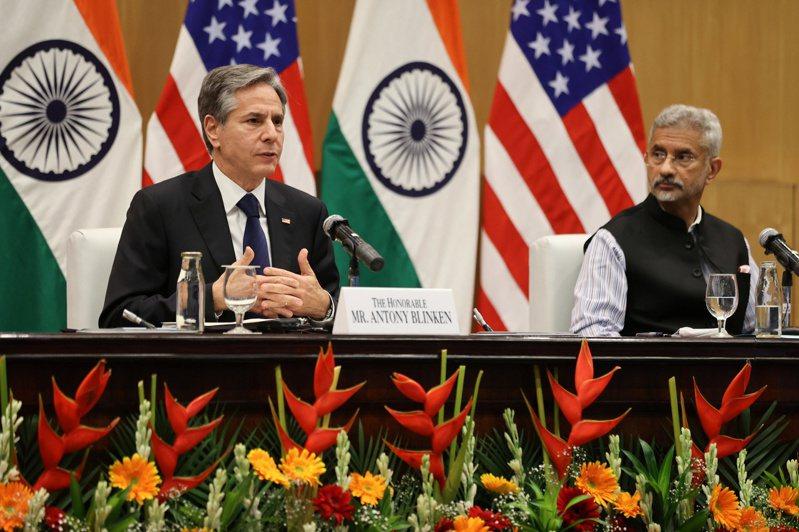 美國國務卿布林肯(左)與印度外長蘇杰生(右)28日舉行聯合記者會。路透
