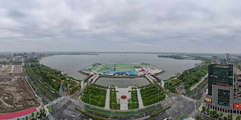 位於上海臨港新片區滴水湖西島的中銀金融中心項目現場。臨港新片區日前開工項目涵蓋金融、生態、科技以及居民住宅等多個領域。(新華社)