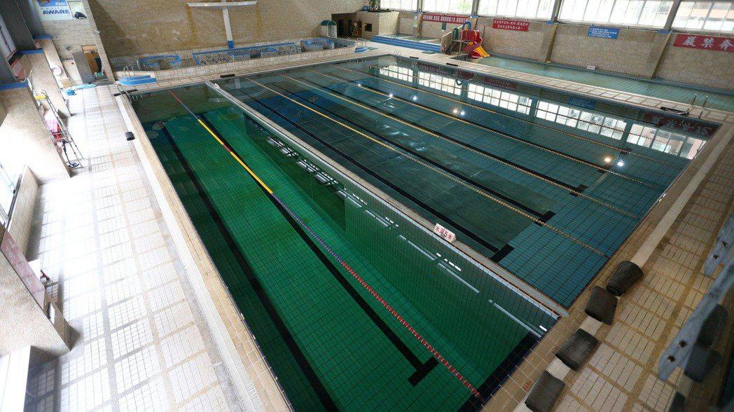 面對泳池開放問題,體育署表示,已針對游泳池訂定防疫指引,將於下周一指揮中心開會時...