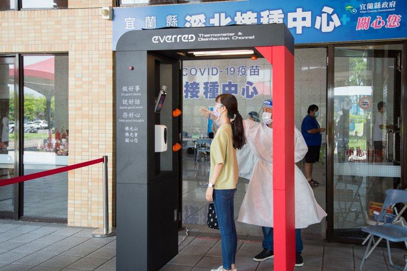 宜蘭縣政府將受贈的2座智慧防疫門,設置在溪南、溪北接種中心。圖/宜蘭縣政府提供