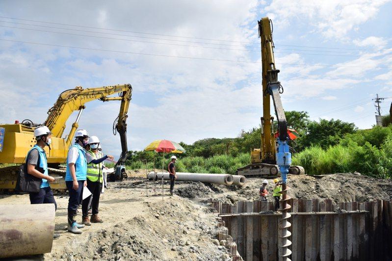 花蓮市長魏嘉賢(左二)昨天前往新農兵橋施工現場,關切目前正在進行的橋墩基樁工程。 圖/花蓮市公所提供