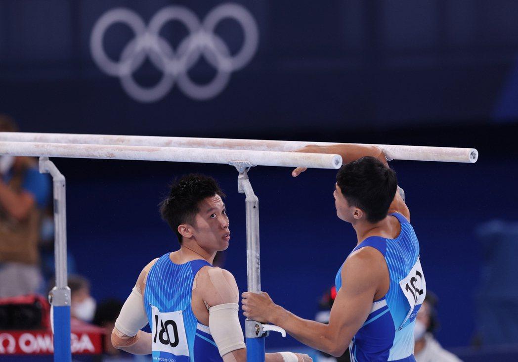 李智凱(左)和唐嘉鴻同闖全能決賽,今天更同組一起完成6項賽程,共譜台灣體操史新頁