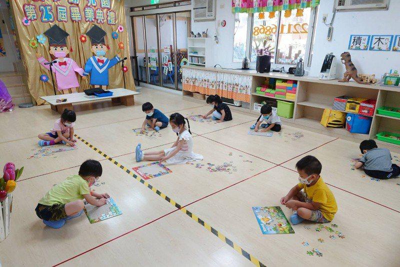 幼兒在自己的格子裡玩耍。圖/新北市私立漢華幼兒園提供