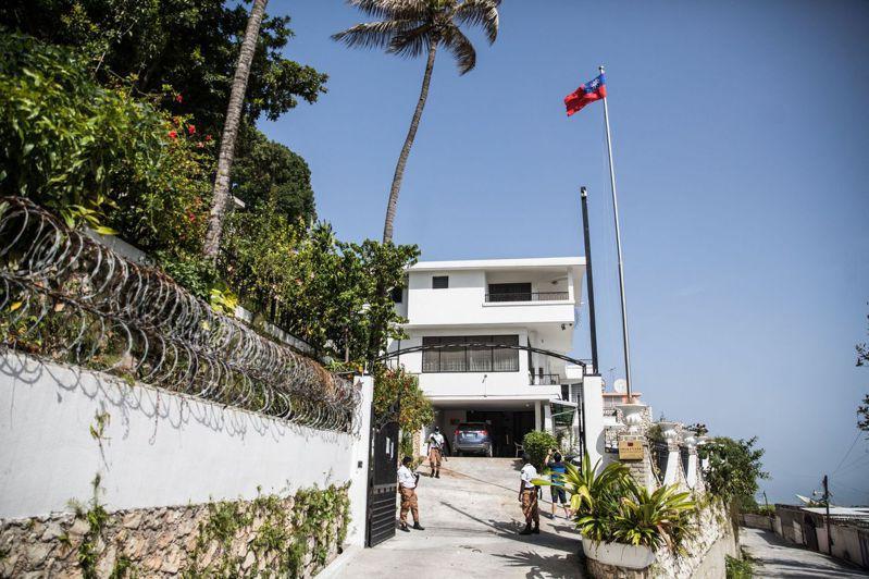 海地總統摩依士本月七日在寓所遇刺,兇嫌逃往鄰近的我國大使館躲藏,隨後被捕。圖為警衛九日在大使館門口站崗。(法新社)