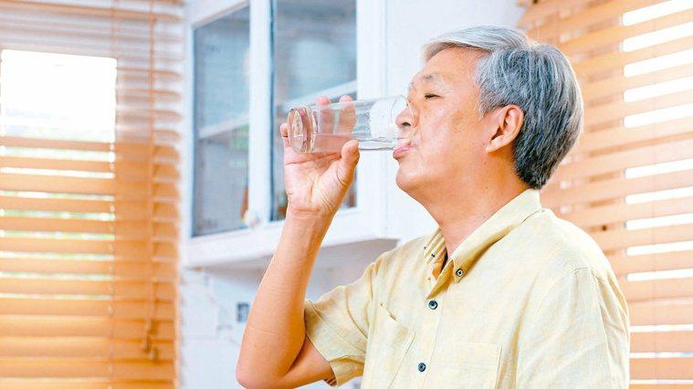 老人家喝水或吃東西,常因吞嚥功能退化而發生嗆咳,要留意避免引起吸入性肺炎。圖╱1...